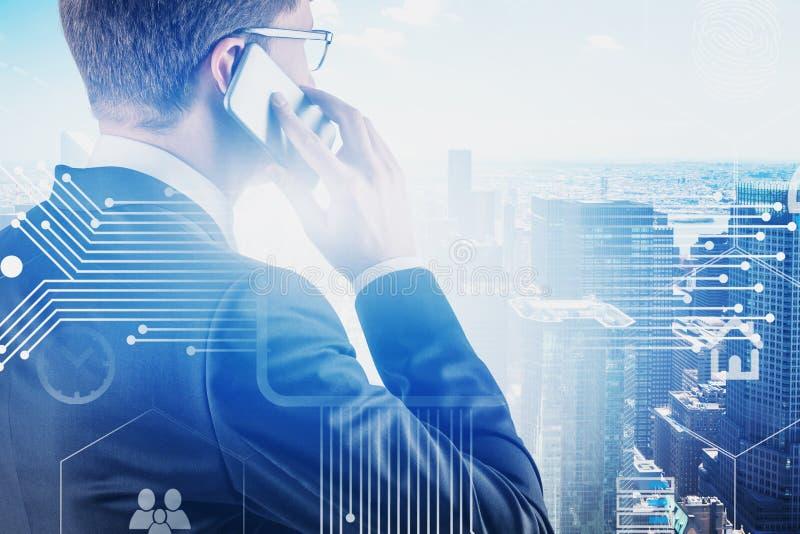 Homme au téléphone dans la ville, interface d'affaires photos stock