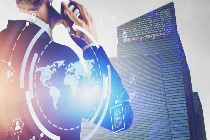 Homme au téléphone, interface d'affaires globales photo libre de droits