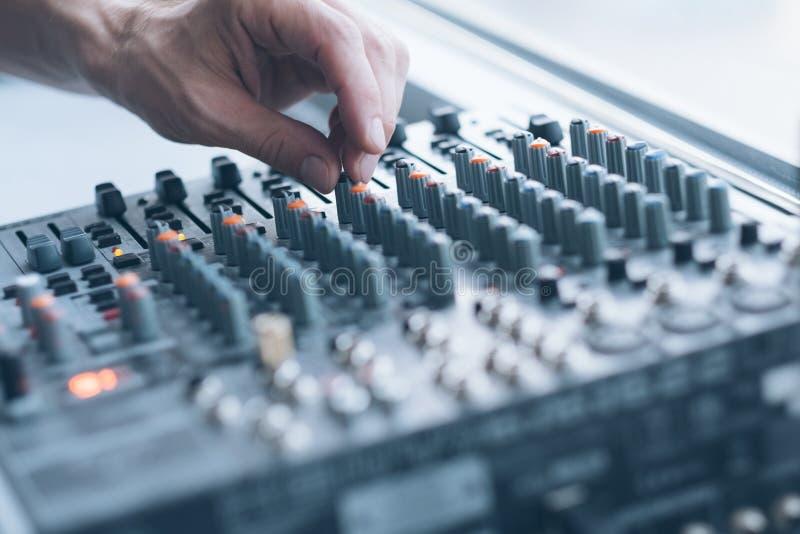 Homme audio de studio de production d'enregistrement sonore image stock