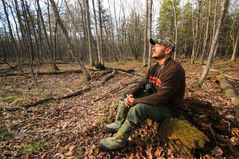 Download Homme Augmentant Dehors La Région Sauvage Photo stock - Image du sain, paix: 56483738