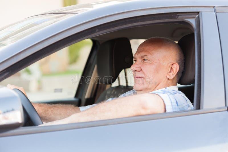 Homme aux cheveux gris dans la voiture photo libre de droits