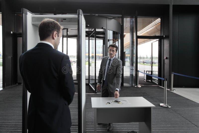 Homme aux portes de sécurité dans les aéroports image libre de droits