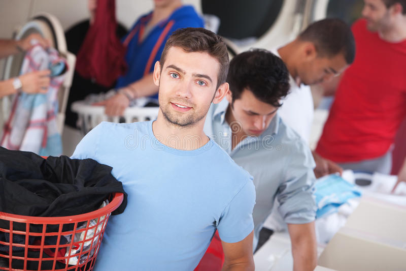 Homme aux yeux bleus dans la laverie automatique image stock