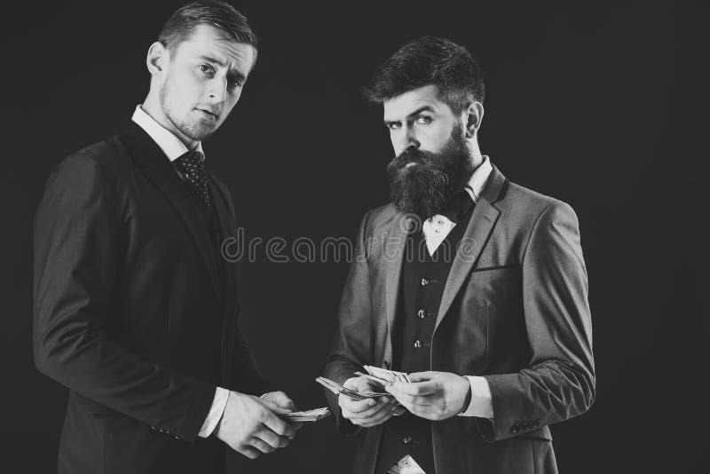Homme avec émotion sérieuse Réunion des hommes d'affaires honorables, fond noir Homme avec la barbe sur le compte sérieux de visa image libre de droits