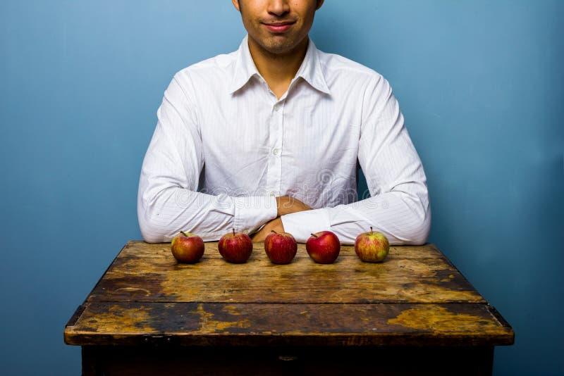 Homme avec cinq pommes image stock