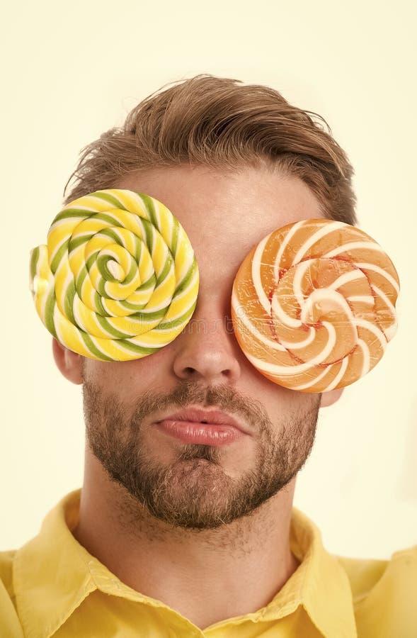 Homme avec de grandes lucettes avec hypnotiser le modèle sur des yeux comme lunettes Concept hypnotisé Type sur le visage calme a images stock