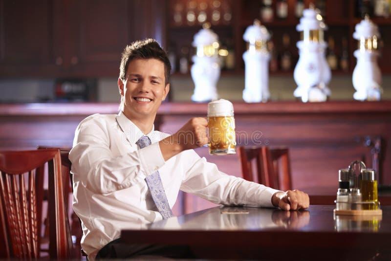 Homme avec de la bière photographie stock libre de droits