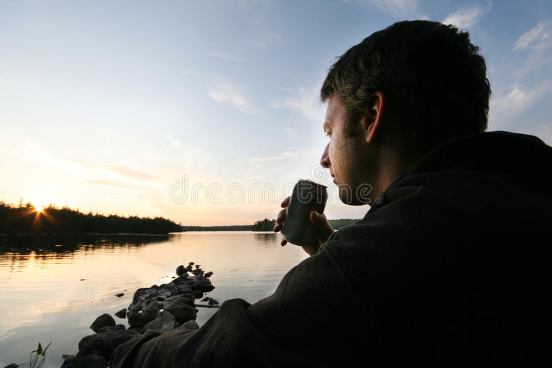 Homme avec de la bière au lac/ images libres de droits