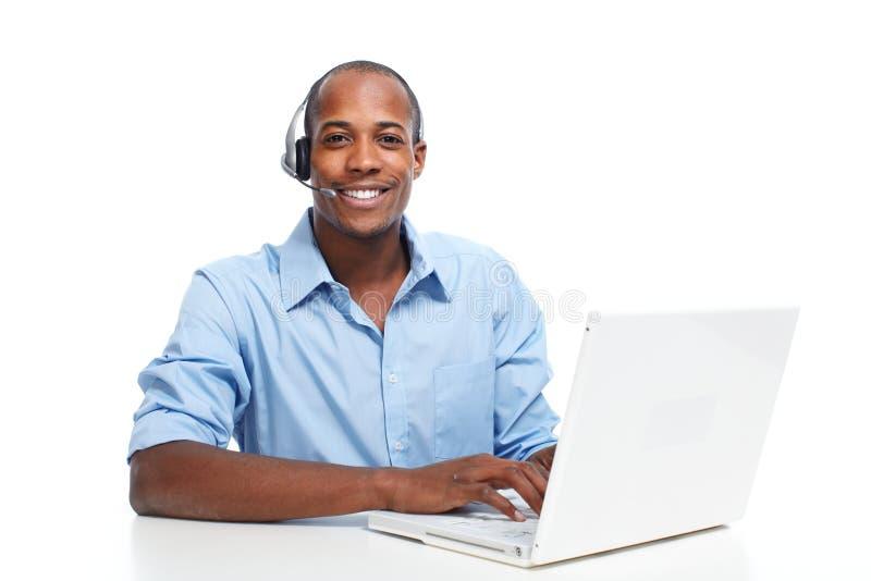 Homme avec des écouteurs Opérateur de centre d'attention téléphonique image stock