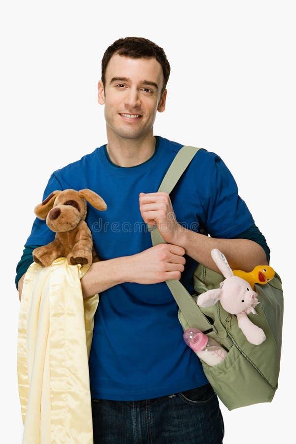 Homme avec des approvisionnements de bébé image stock