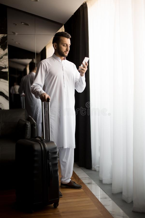 Homme avec des bagages photographie stock