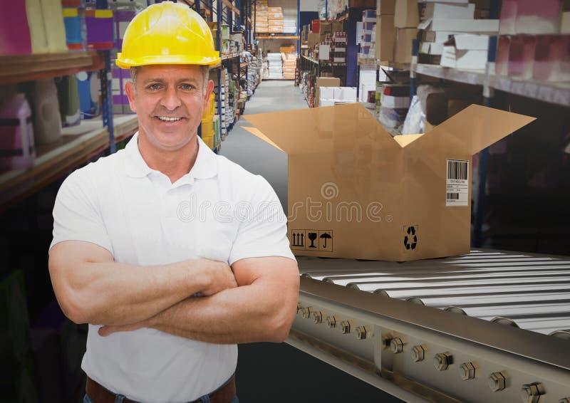 homme avec des boîtes sur la bande de conveyeur dans l'entrepôt photographie stock