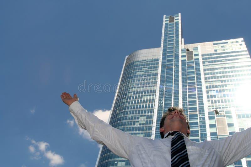 Homme avec des bras tendus photo libre de droits