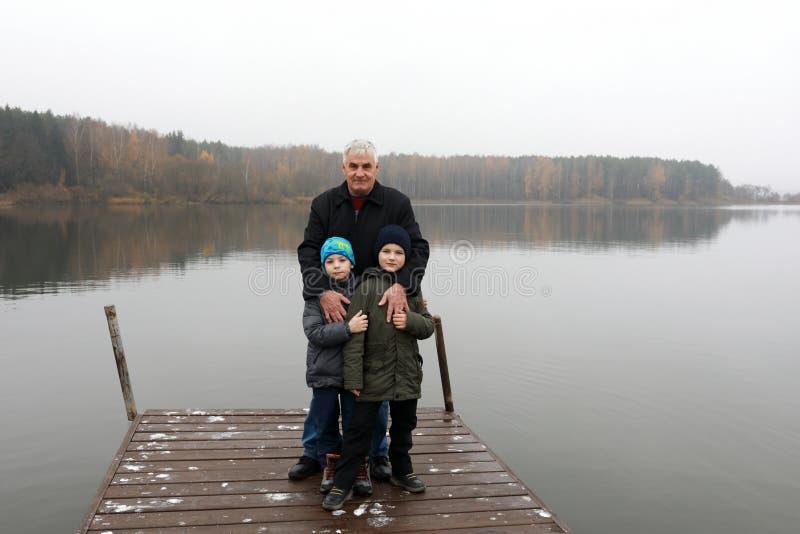 Homme avec des enfants posant sur le pilier photos libres de droits