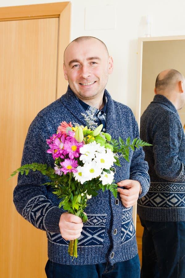 Download Homme avec des fleurs photo stock. Image du rester, anniversaire - 45365466