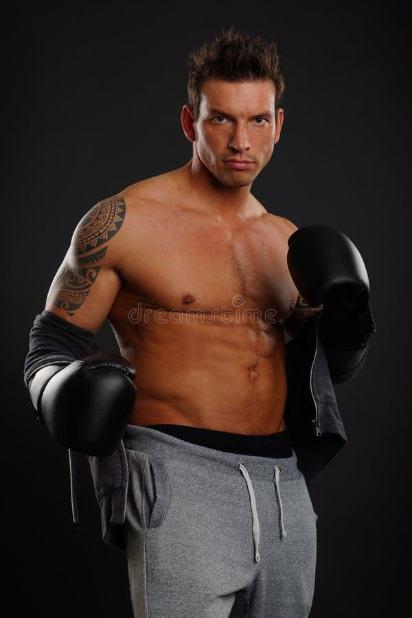 Homme avec des gants de boxeur images stock