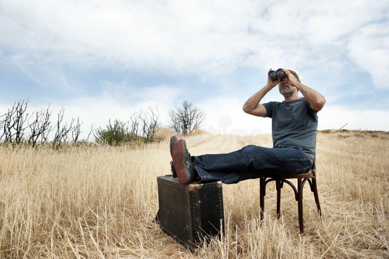 Homme avec des jumelles photo libre de droits