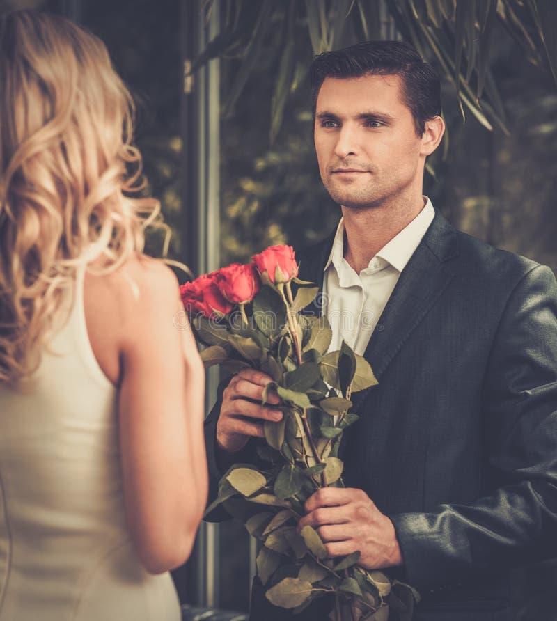 Homme avec des roses datant sa dame images stock