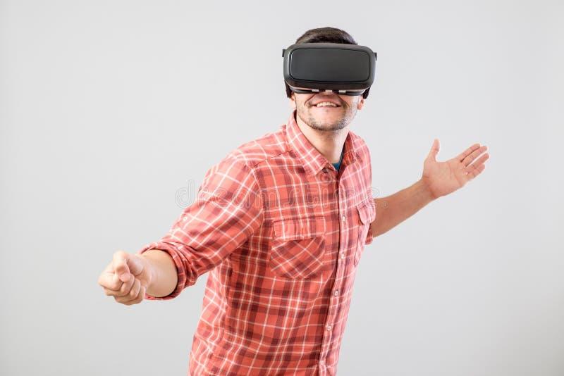 Homme avec des verres de réalité virtuelle payant clôturant le simulateur image libre de droits