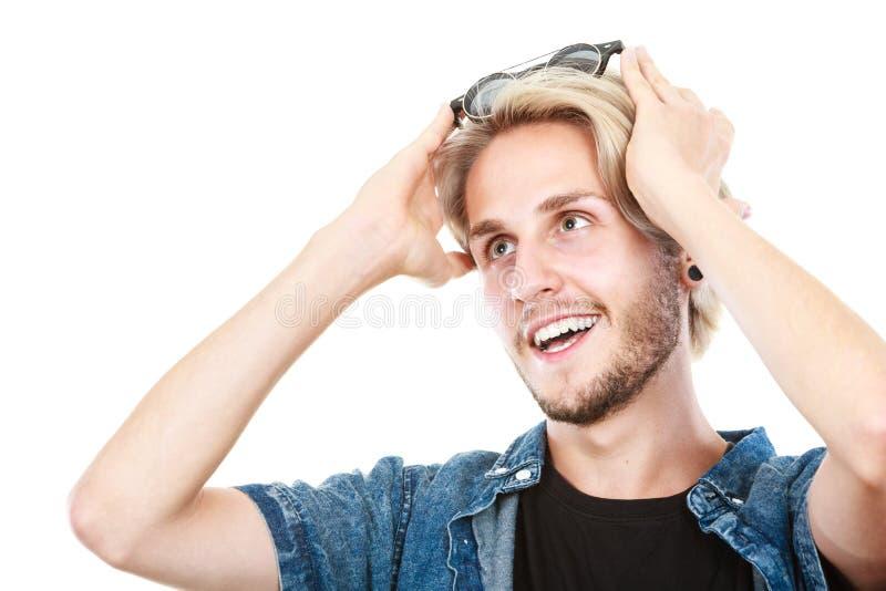 Homme avec des verres sur la tête examinant l'espace photographie stock libre de droits
