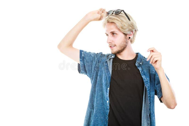 Homme avec des verres sur la t?te examinant l'espace image libre de droits