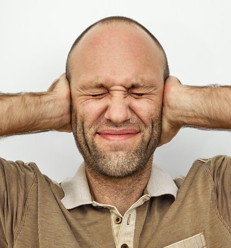 Homme avec des yeux et des oreilles étroitement fermés images libres de droits