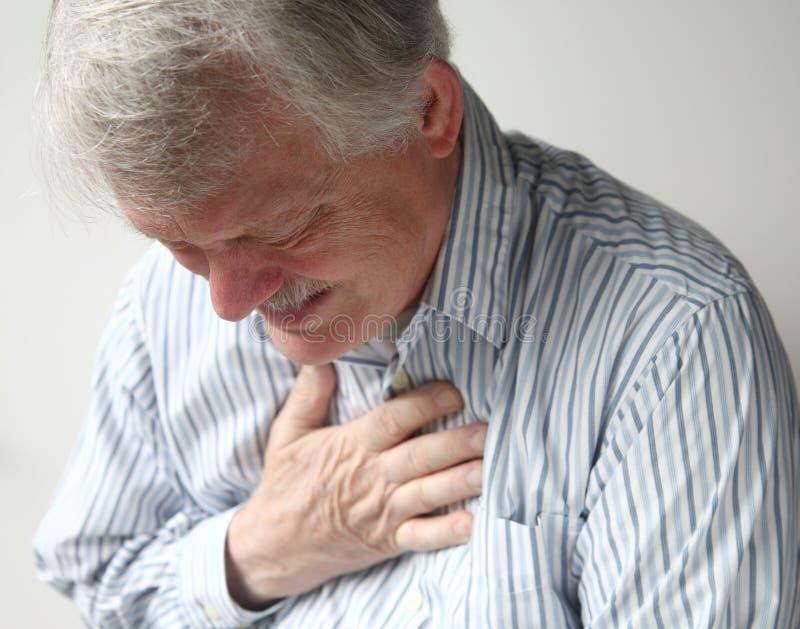 Homme avec douleur de coffre grave photo stock