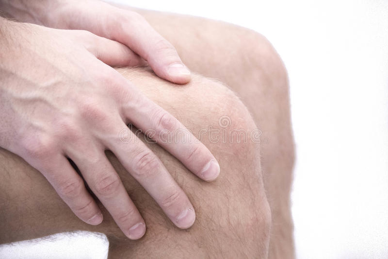 Homme avec douleur de genou et se sentir mal dans le bureau médical douleurs articulaires d'ostéoarthrite après sport Coupures et image stock