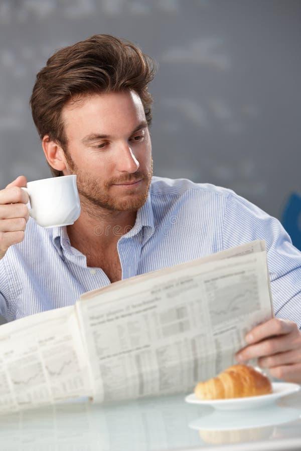 Homme avec du café et des papiers de matin photos libres de droits