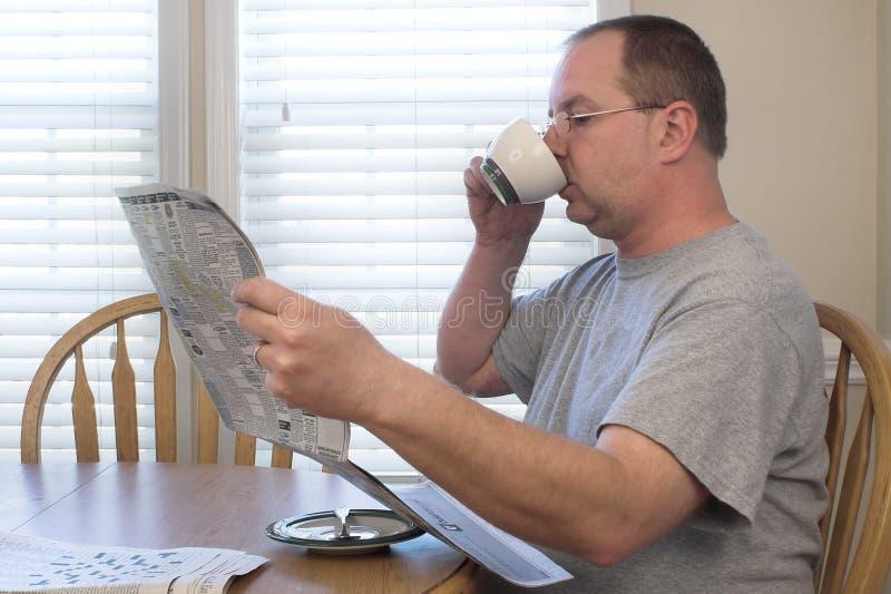 Homme avec du café et le journal image libre de droits