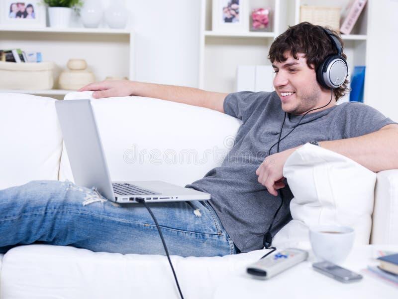 Homme avec l'écouteur photos stock