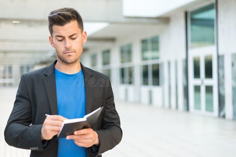Homme avec l'écriture et le sourire d'ordre du jour photos libres de droits