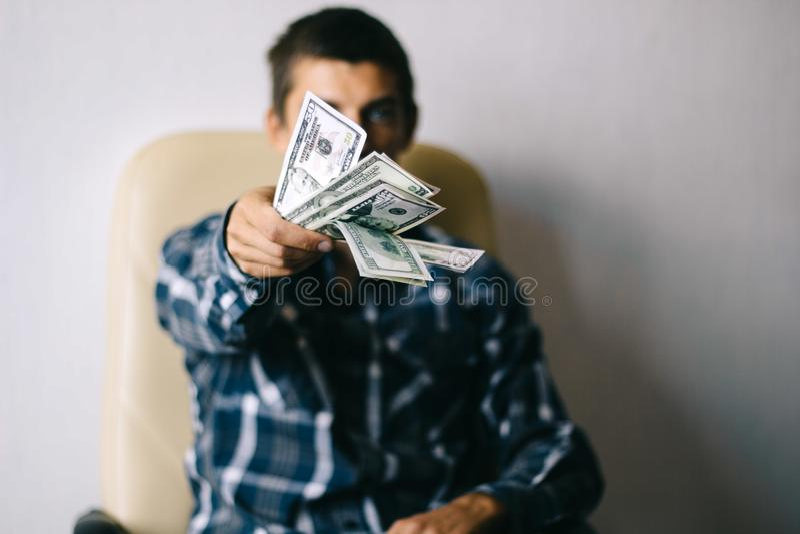 Homme avec l'argent image stock