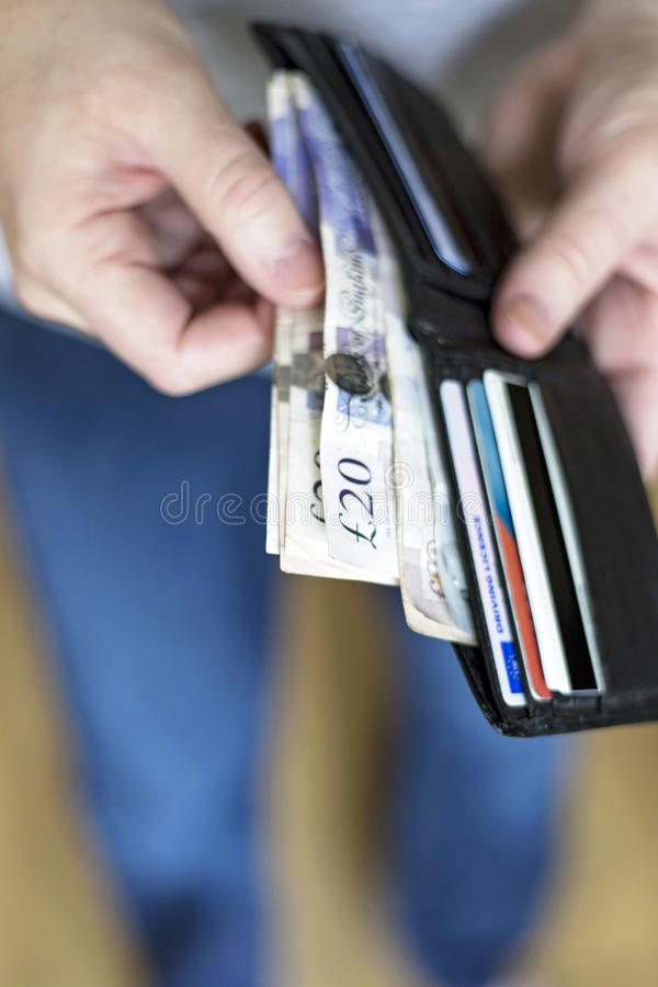 Homme avec l'argent liquide à l'intérieur du portefeuille images libres de droits