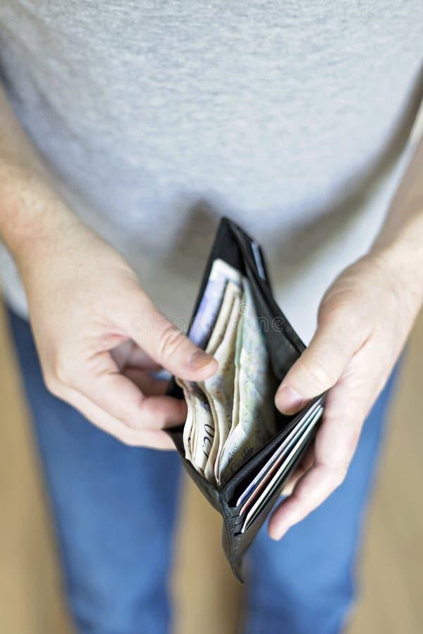 Homme avec l'argent liquide à l'intérieur du portefeuille image stock