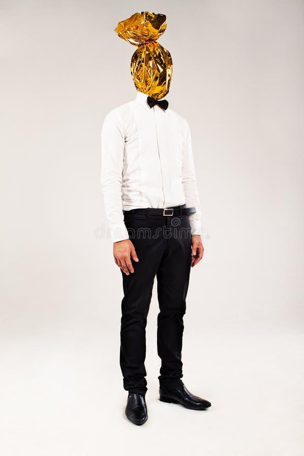 Homme avec l'emballage d'or sur la tête images stock