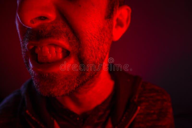 Homme avec l'expression faciale fâchée images libres de droits