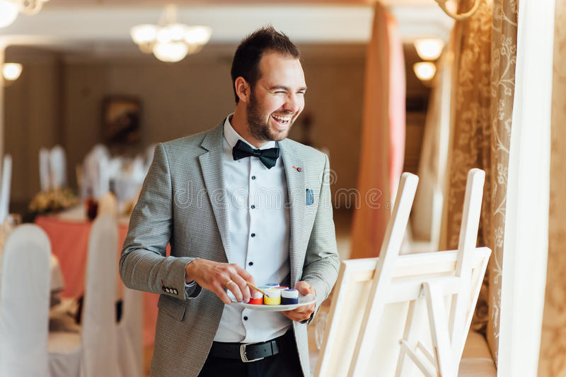 Homme avec l'expression faciale heureuse photographie stock