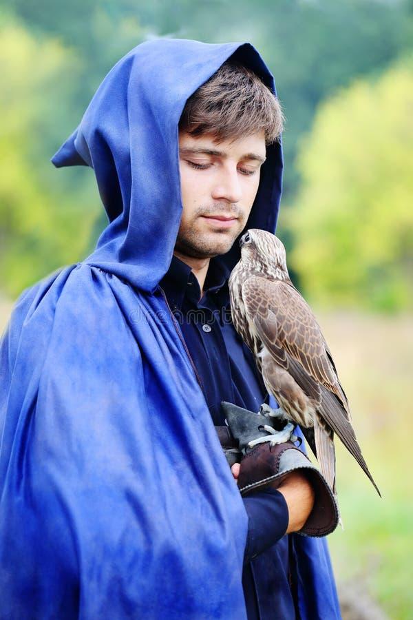Homme avec l'oiseau photos stock