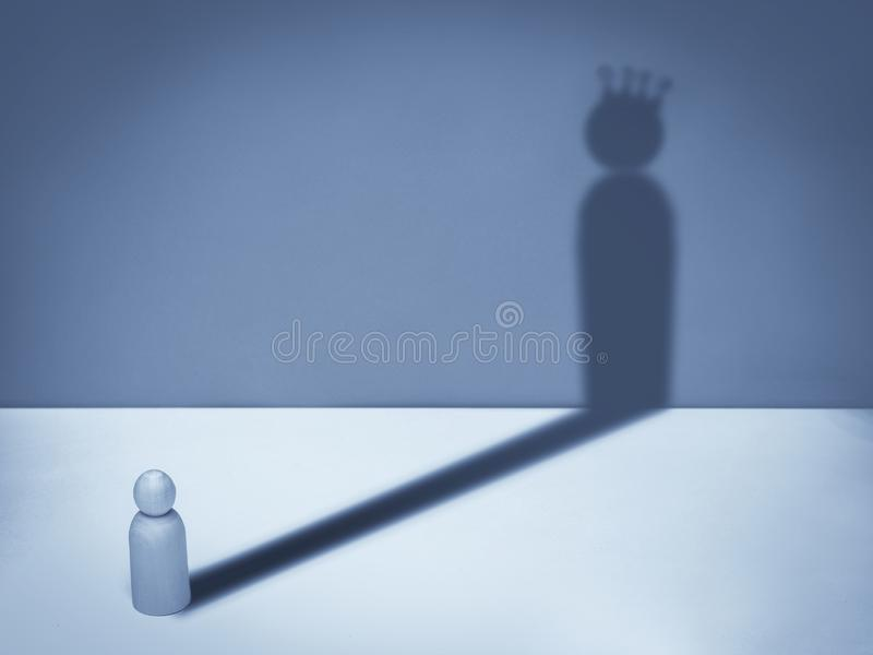 Homme avec l'ombre de couronne Symbole d'affaires de l'ambition, succès, motivation, direction photographie stock libre de droits