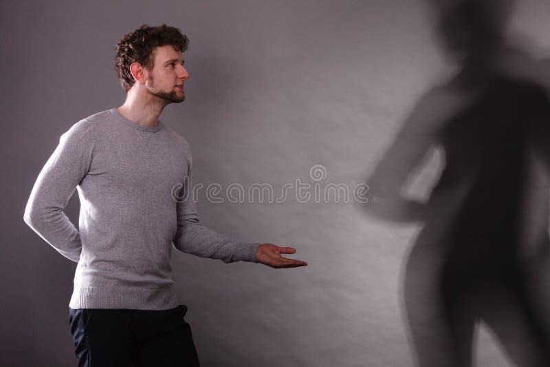 Homme avec l'ombre du danseur magnifique images libres de droits