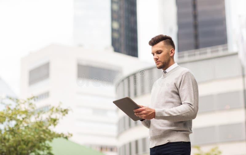 Homme avec l'ordinateur de PC de comprimé dans la ville images libres de droits