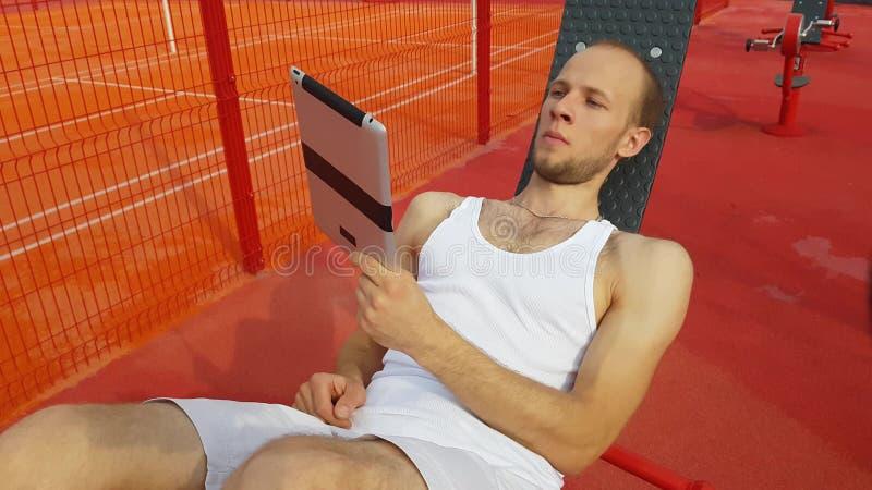 Homme avec l'ordinateur de tablette photographie stock