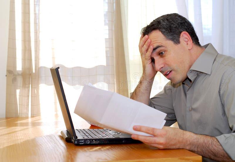 Homme avec l ordinateur portatif