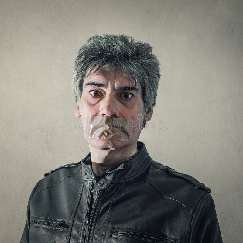 Homme avec la bande de tuyau sur la bouche images stock