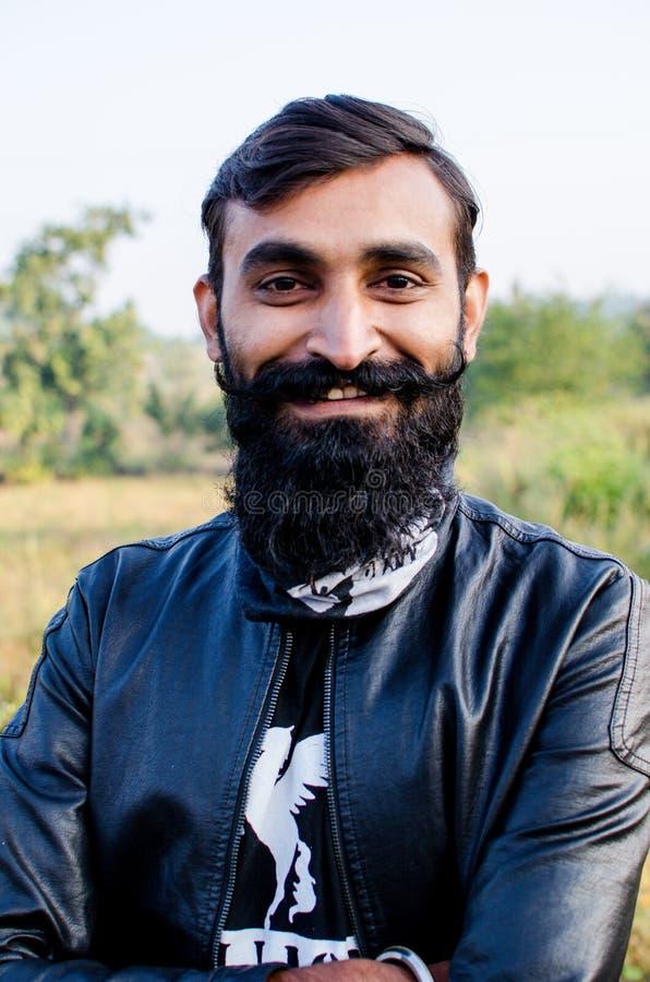 Homme avec la barbe développée longue et utilisante une veste photo libre de droits