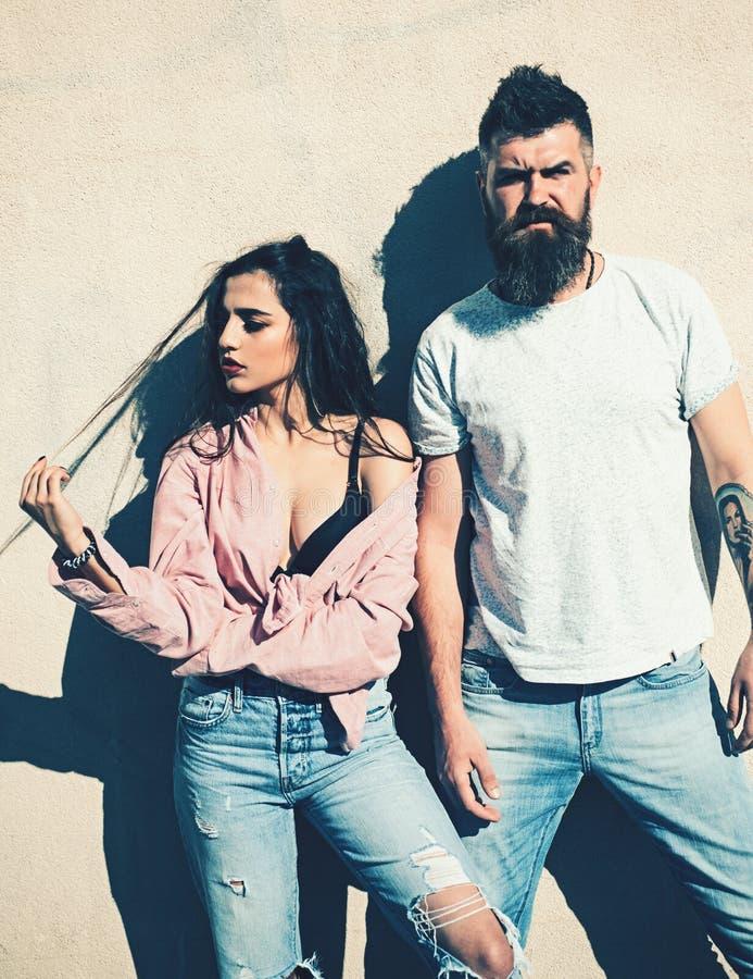Homme avec la barbe et dame sur le visage indifférent le jour ensoleillé chaud : Le couple souffre de la chaleur le jour d'été photographie stock libre de droits