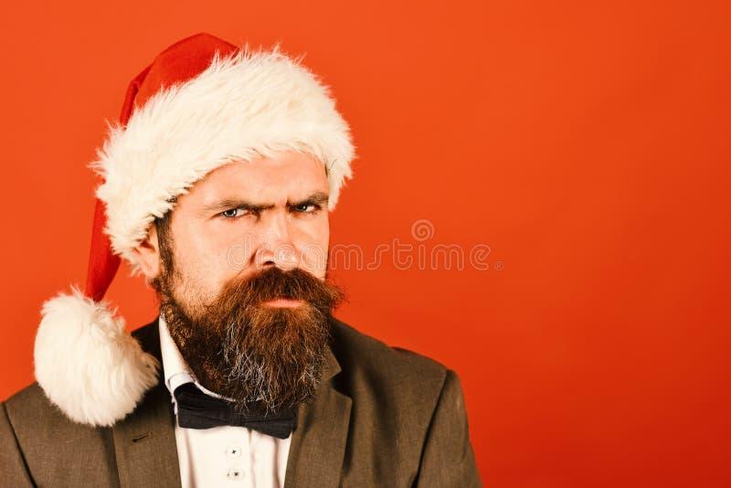 Homme avec la barbe et sourire large sur le fond rouge images stock