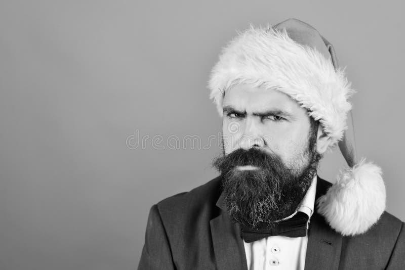 Homme avec la barbe et sourire large sur le fond rouge photographie stock libre de droits