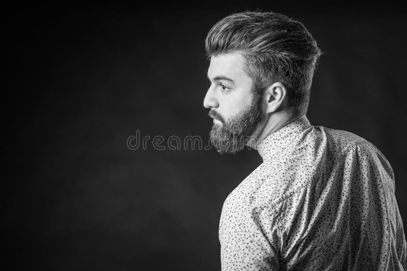 Homme avec la barbe, noire et blanche photographie stock
